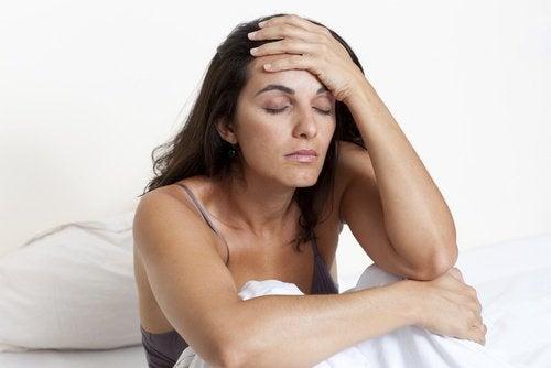 donna con mano sulla fronte viso stanco
