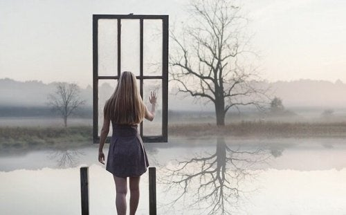ragazza davanti a finestra sospesa nel vuoto