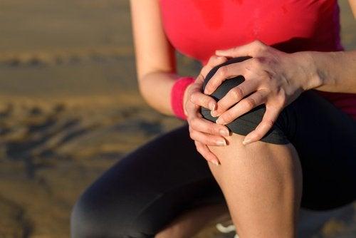 donna dolori al ginocchio