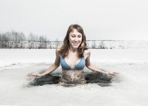 donna fa bagno in acqua ghiacciata