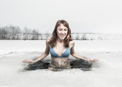 donna fa bagno in acqua fredda con ghiaccio piedi