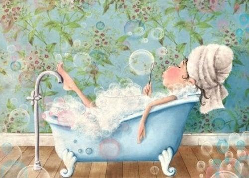 donna fa le bolle nella vasca da bagno