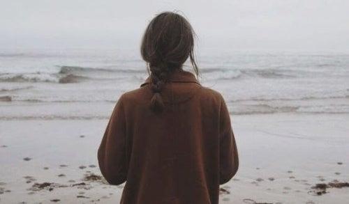 donna-sulla-spiaggia perdita genitori