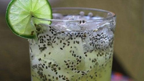 Bicchiere con limone e semi di chia