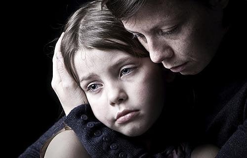 mamma abbraccia figlia triste per non continuare a piangere