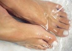 piedi immersi in acqua fredda