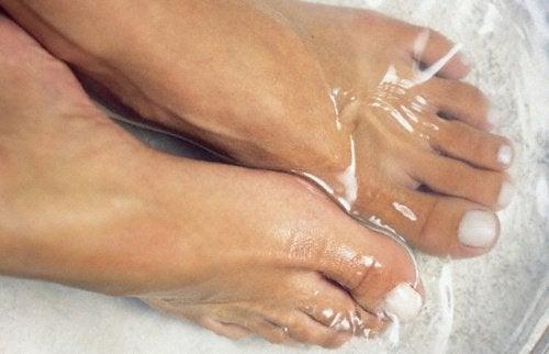 Immergere i piedi in acqua fredda: perché?