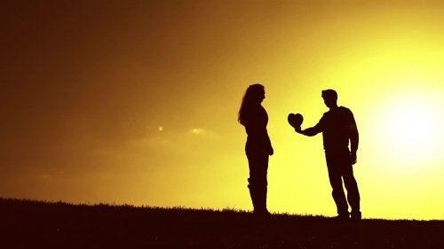 superare un rifiuto in amore: uomo offre il proprio cuore a una donna