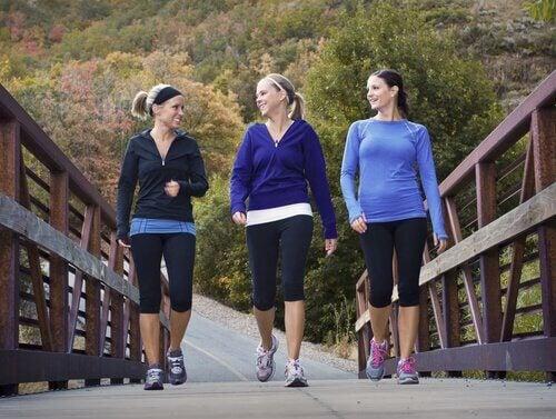 ragazze che passeggiano su un ponte