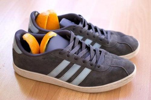 scarpe e arancia