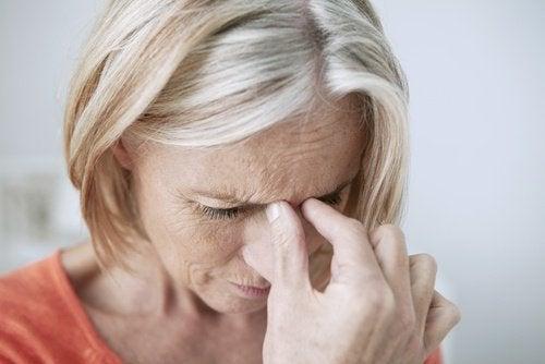 donna con dolore ai lati del naso