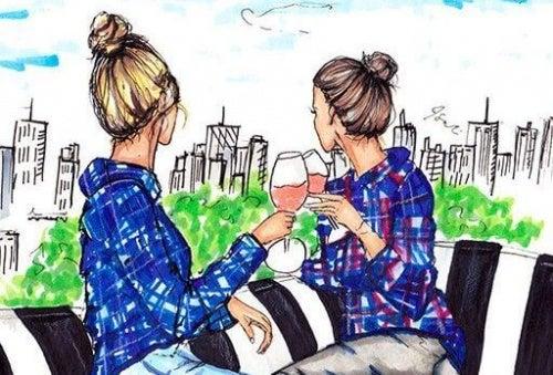 sorella due-ragazze-bevono-vino