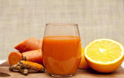 Frullato disintossicante con carota, arancia e zenzero