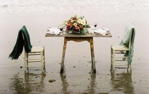 tavolo-e-sedie-sulla-spiaggia perdita genitori