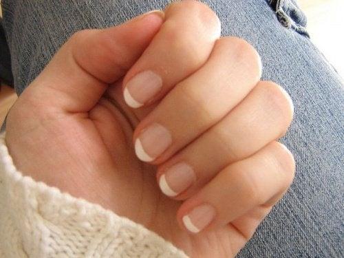 mano con manicure perfetta