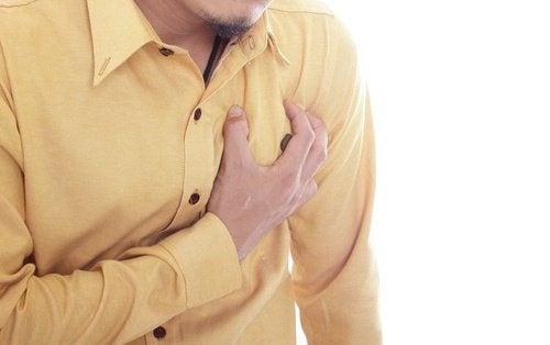 uomo che si tocca il cuore palpitazioni