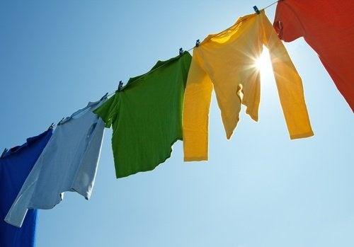 vestiti colorati stesi al sole odore di muffa