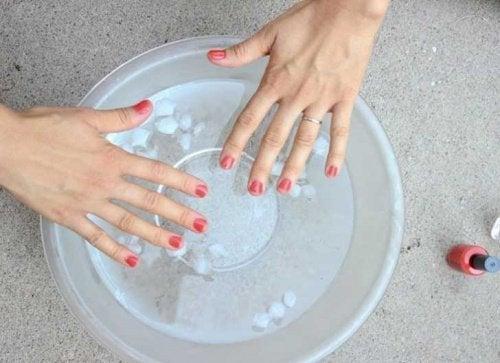 unghie immerse in acqua con ghiaccio