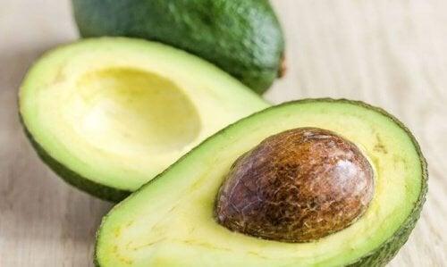 Per prima cosa, bisogna rimuovere il seme dell'avocado dal frutto