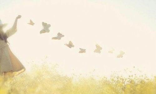 Bambina con farfalle la solitudine