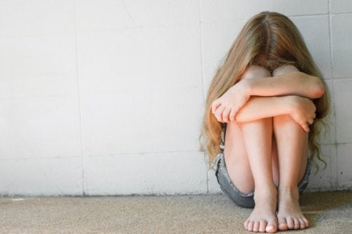 Bambina sola e triste comportamenti tossici