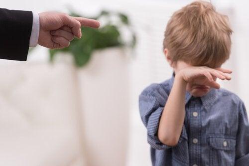 Bambino che piange comportamenti tossici