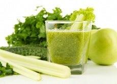 Bicchiere con frullato a base di sedano e mela verde per i reni