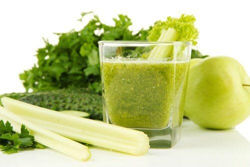 Frullato a base di sedano e mela verde per disintossicare i reni