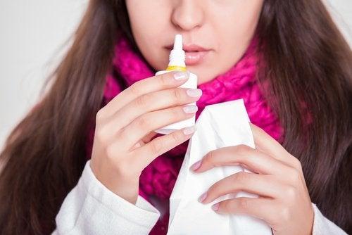 ragazza con spray per liberare il naso chiuso