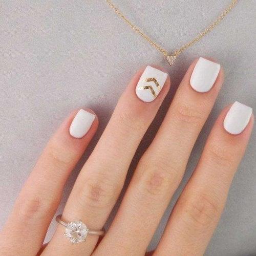 smalto unghie bianco e dorato