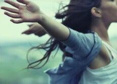 Donna braccia aperte la solitudine