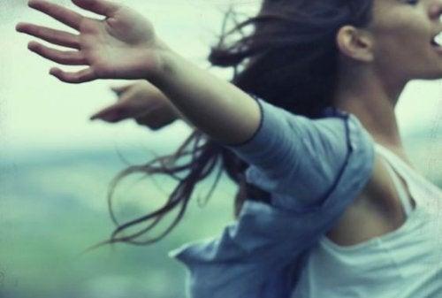 Donna braccia aperte la solitudine a suo tempo