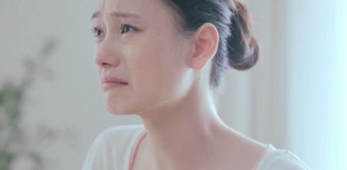 Donna cinese che piange la solitudine