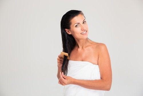 Donna con i capelli bagnati