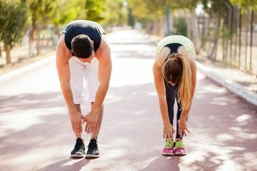 Coppia esegue esercizi nel parco