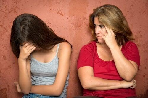 Madre e figlia che piange comportamenti tossici