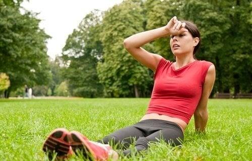 Ragazza nel parco dopo esercizio