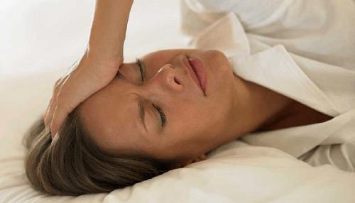 donna mal di testa mentre dormiamo
