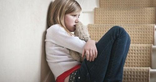 Bambina che piange maltrattamento infantile