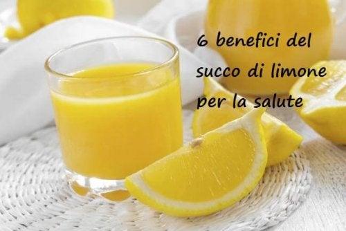 il succo di limone fresco aiuta a perdere peso