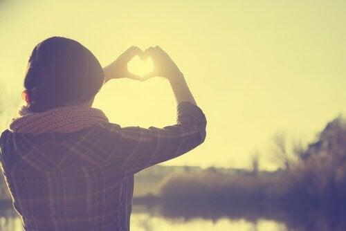 mani a forma di cuore malattie cardiache