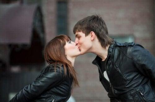 coppia che si bacia baci