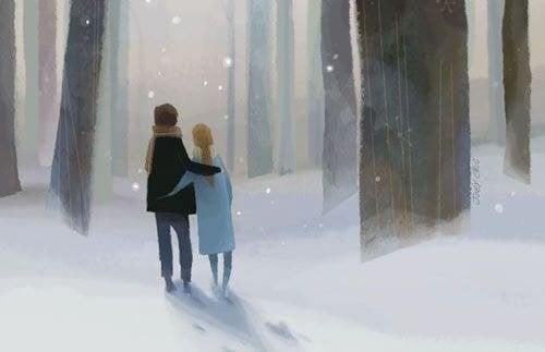 Coppia passeggia sulla neve