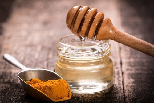 curcuma e miele per peli