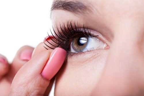donna-applica-ciglia-finte-per occhi