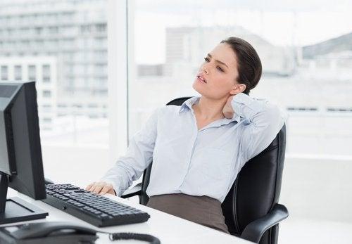 donna con mal di collo ira repressa