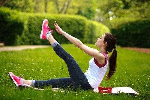 Donna esegue esercizi al parco