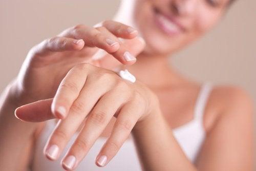 donna-mette-la-crema-sulle-mani belle al risveglio