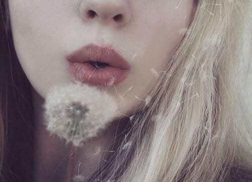 donna soffia dente di leone