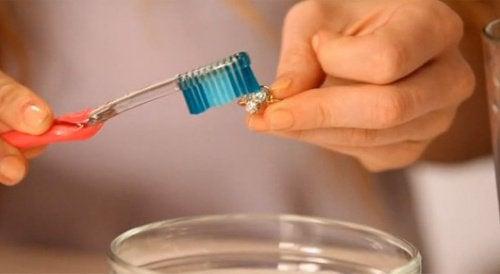 lucidare l'argenteria con il dentifricio